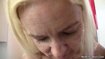Порно сын помог маме застегнуть лифчик