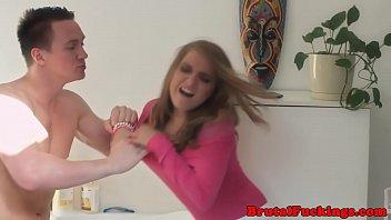 A meia-irmã adolescente bateu com força nos dois buracos