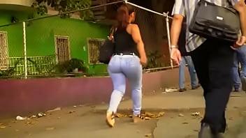 Culona madurita en la calle