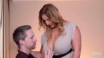Mož pofuka svojo prsato ženo in vse posname