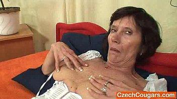 Смотреть видео зрелая мать пристаёт к сыну хочет секса