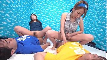 หนังโป๊ญี่ปุ่น เด็กแสบชวนเพื่อนมาเย็ด แม่เลี่ยงตัวเองที่บ้านตอนพ่อไม่อยู่ งานนี้ สวิงกิ้งกันมันเลย
