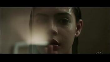 Julia Dalavia pelada tomando banho mostrando os seios em Os dias eram assim