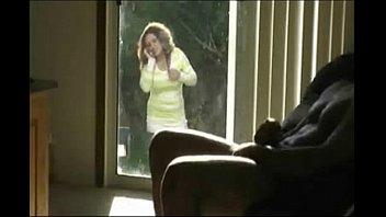 Vieja morbosa viendo por la ventana como se la jala el compadre