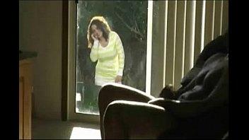 Vieja morbosa viendo por la ventana como se la ...