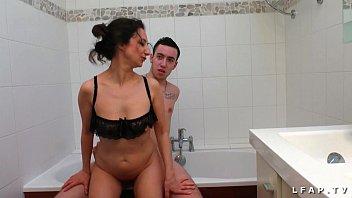 Il se fait sucer par sa belle mere avant de la baiser dans la baignoire