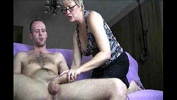 Сын лижет зрелой маме лохматку