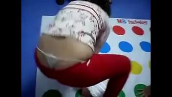 Chica muestra su tanga jugando Twister
