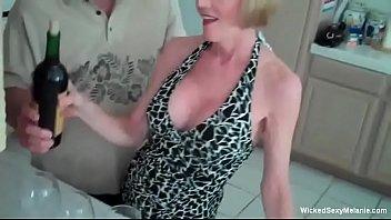 Смотреть порно сын залез к маме в трусики