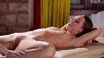 Порно на полу в ванной с брюнеткой
