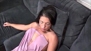 Coroa dando a buceta de quatro no sofá