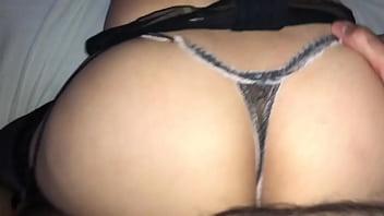 Casada gostosa de lingerie brincando com a buceta. Ela quer coment&aacute_rios.