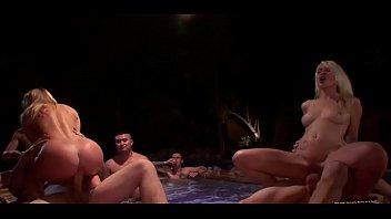 Порно видео девушки сосут у стриптизеров