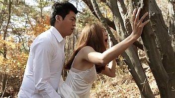 ดูหนังเรทอาร์เกาหลี เจอเพื่อนสนิทเมียที่หน้าบ้าน อดใจไม่ไหวยืนล่อกันท่าหมาในสวนเลย xxx ร่านหีมากแอ่นหีขมิบเกร็งตอดแน่นเชียว