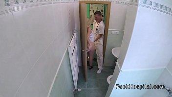 Скрытая камера медсестра трахается с больным