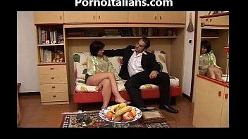 Il pompino della mora porca italiana sul divano - porno italiano milf