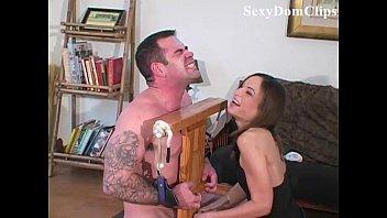 Âmbar Rayne dá uma sensual, dolorosa ballbusting para um cara sexy esticando a buceta
