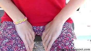 У девки видны трусы на уроке видео