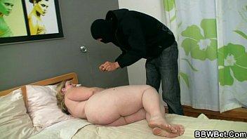 Самый большой и толстый член ломает девственность