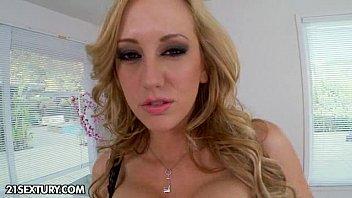 Красивая голая рыжеволосая транссексуалка