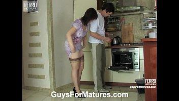 follando a una morocha en la cocina
