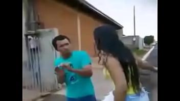 Homem apanha de mulher por causa do Facebook