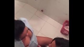 Dominicana lesviana en el baño publico