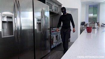 Видео грабитель ует молодую брюнетку