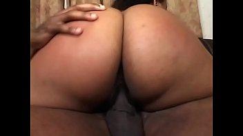 Curvy ebano gal Kandi Kream ottiene cazzo di stallone nero e ingoia sperma