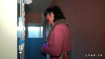 Libertine sodomizede francese nella sauna in 3 di un aereo con Papy voyeur