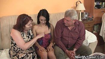 Зрелый мужчина выебал симпатичную молодую девушку