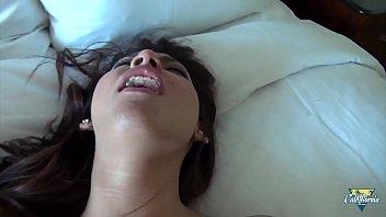 Eva Fenix, jolie latina jouit avec une bite dans le cul
