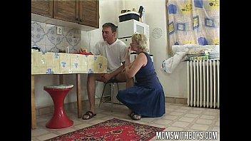 Сын трахнул подругу мамки пока она пекла пирог