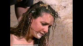 Humilhação suja de lixo de escravos degradados bagunçados Emma Louise em comida suja