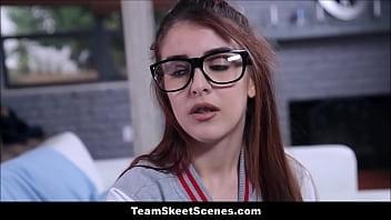 สาววัยทีน น่ารัก ใส่แว่น เล่นเซ็กกับพ่อเลี้ยงหุ่นล่ำงัดควย9นิ้วหีเด็กแทงสุดกระหน่ำหีรัวๆมันโคตรเด็ดสุดๆ
