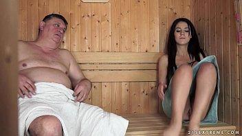 O Bruneta La Sauna Care Se Fute Puternic Cu Un Gras