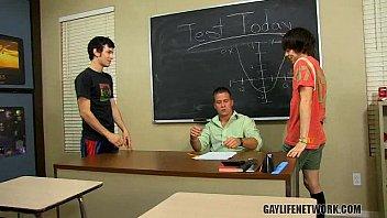 Гей порно ученик делает минет учителю любительское