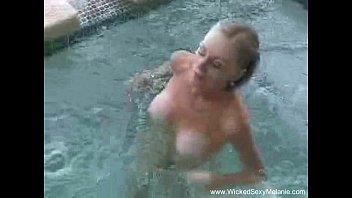 Порно скрытая камера душ раздевалка