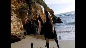 Grosses femmes Une blonde sexy se déshabille sur la plage