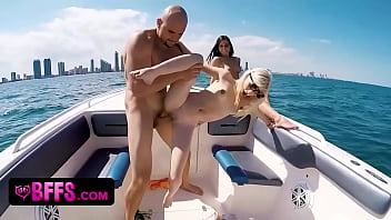Mlade potrebne punce fukajo na čolnu