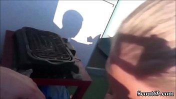 Zwei Typen ficken extrem geile Deutsche Teen Maus auf threesome blond