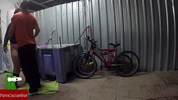Lubrificando a bicicleta e a buceta da mulher gorda gravada com a câmera escondida GUI030 negra musculosa trepando