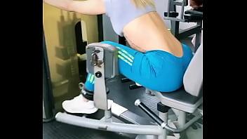 Entrenando en Gym a cliente nalgona