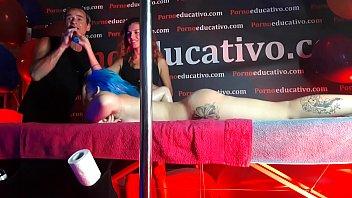 Monica se deja hacer un masaje en el escenario pequeñoo de un concierto delante de todos y mostrando su chocho desnudo y su cuerpo bonito FER040 Thumb