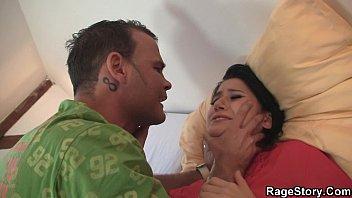 Парни по очереди трахуют девушку и кончают ей в рот