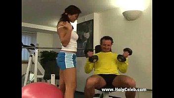 Полный осмотр в спортзале девок