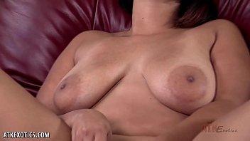 Curvy Emori Pleezer strokes her pussy with pink dildo