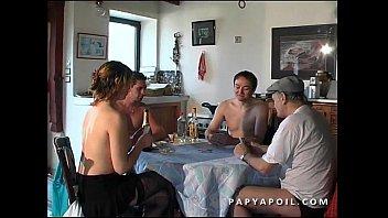 Papy fode a dona de casa jovem e bonita com 2 amigos que sodomizam ela