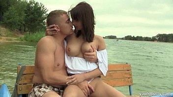 Adolescente peituda Rita fode pau no lago