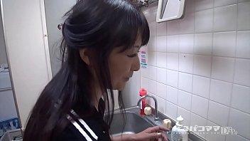 和食を振舞うお母さん   中山佳子 1
